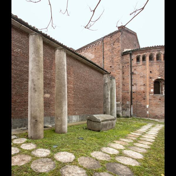 Colonne Romane con Sarcofago